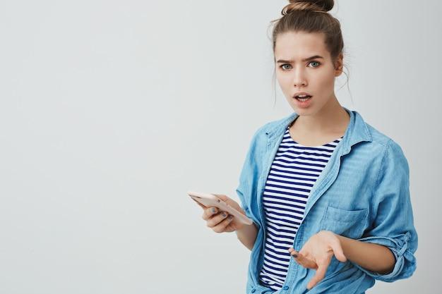 Palavras-chave: irritado chateado irritado chateado médio mulher estar sendo irritado importante conversas meio novo moda fashionable olhar sério