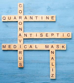 Palavras cruzadas médicas sobre uma mesa azul.