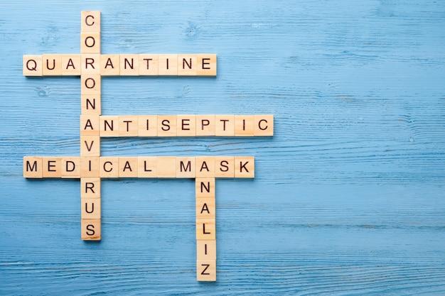 Palavras cruzadas sobre um tema médico em uma mesa de madeira. conceito de quarentena pandêmica