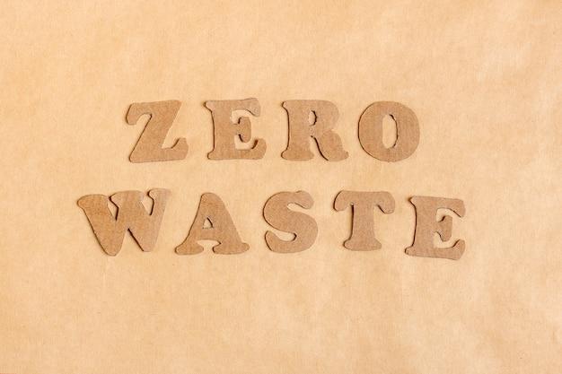 Palavras das letras zero waste recortadas em papelão de papel ofício