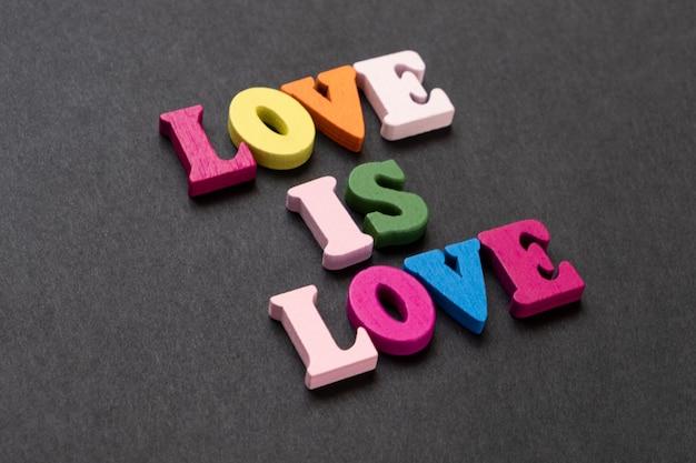 Palavras de amor é amor, bloco de notas com coração desenhado de giz. conceito de dia dos namorados.