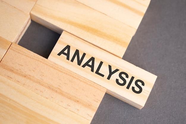 Palavras de análise em blocos de madeira em fundo amarelo. conceito de ética empresarial.