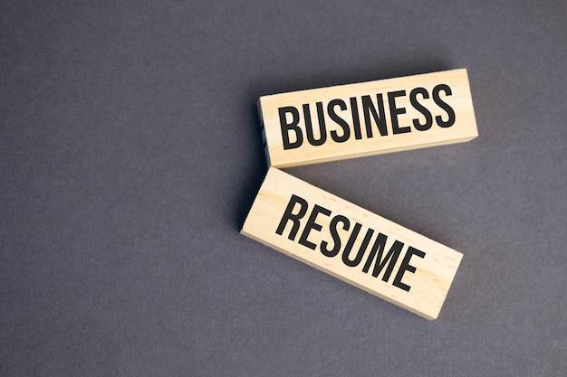 Palavras de ataque cardíaco em blocos de madeira em fundo amarelo. conceito de currículo de negócios.