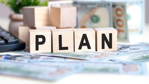 Palavras de conceito plano em blocos de madeira em fundo bonito de notas de dólar. conceito de negócios.