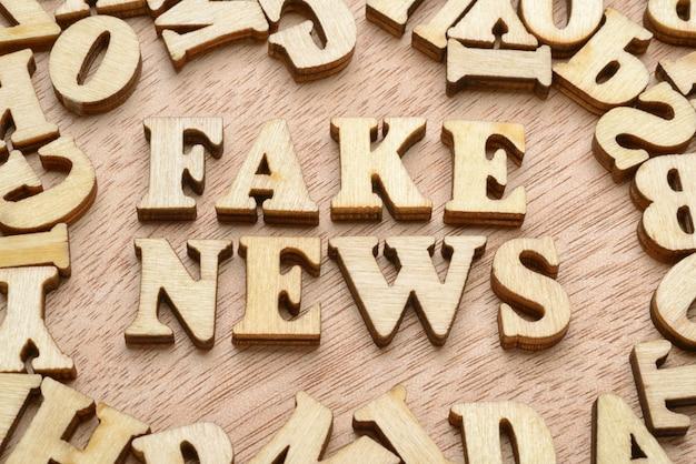 Palavras de notícias falsas, conceito de fraude ou desinformação