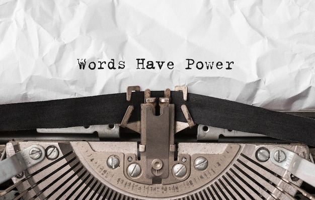 Palavras de texto têm poder digitado em máquina de escrever retrô