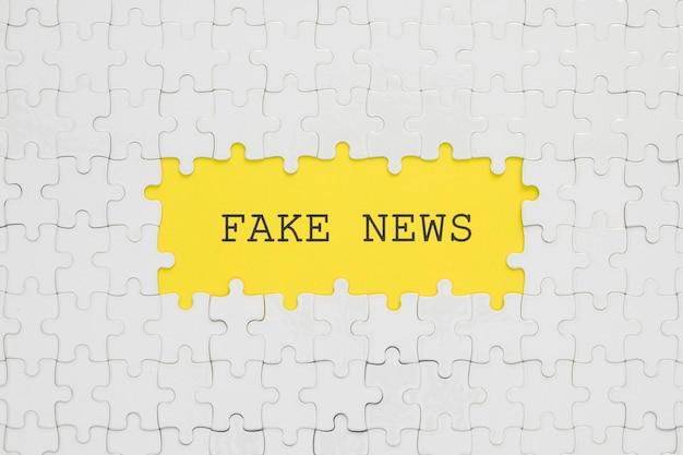 Palavras falsas em peças de quebra-cabeça brancas