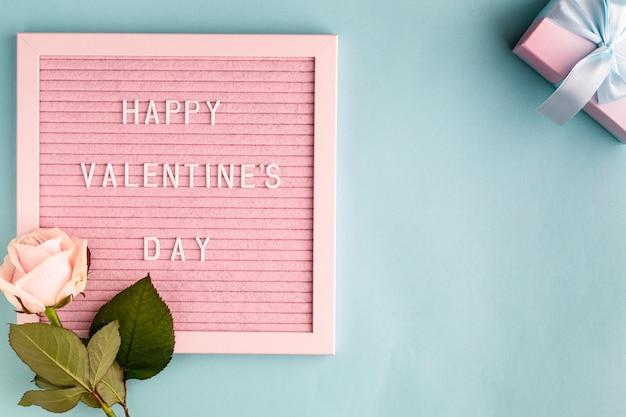 Palavras feliz dia dos namorados no quadro de feltro rosa