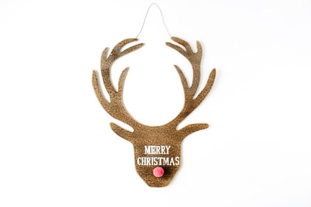 Palavras feliz natal e cabeça de brinquedo de veado de natal em fundo branco.