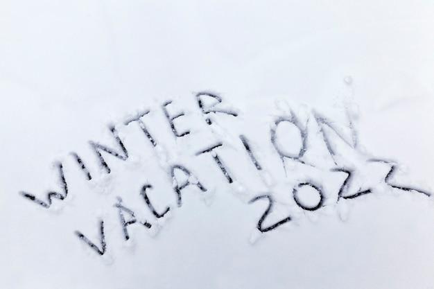 Palavras férias de inverno desenhadas na neve