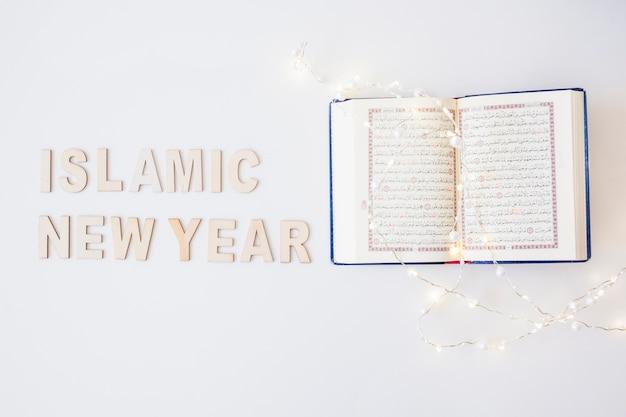 Palavras islâmicas de ano novo e alcorão com guirlanda