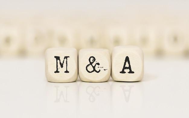 Palavras m e a feitas com blocos de madeira