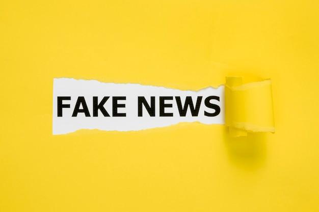 Palavras ocultas de notícias falsas por trás do papel amarelo