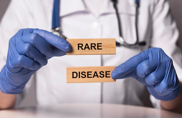 Palavras raras sobre doenças em blocos de madeira nas mãos