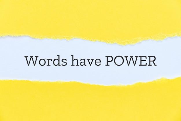 Palavras têm slogan de poder digitado em fundo de papel