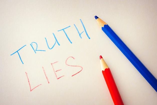 Palavras verdade e mentiras são escritas em papel