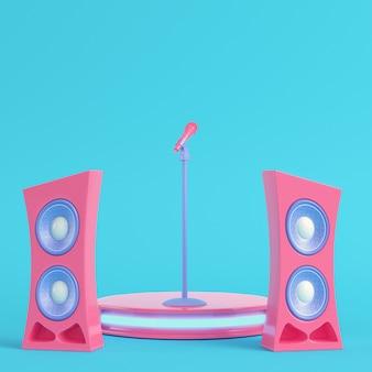 Palco de concerto com microfone e alto-falantes em fundo azul brilhante