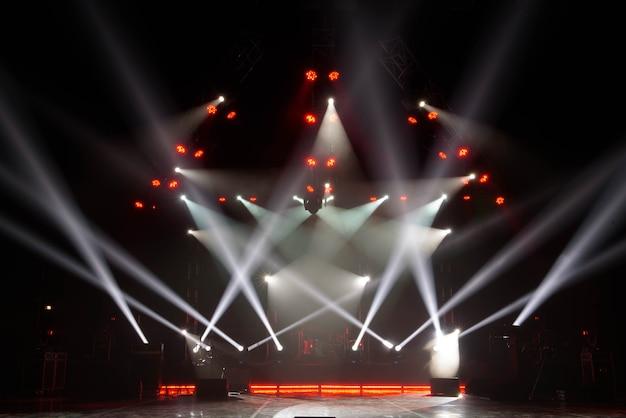 Palco livre com luzes, aparelhos de iluminação. em uma série gratuita.