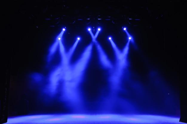 Palco livre com luzes, aparelhos de iluminação.