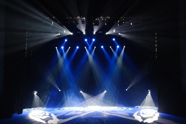 Palco livre com luzes, dispositivos de iluminação. fundo.