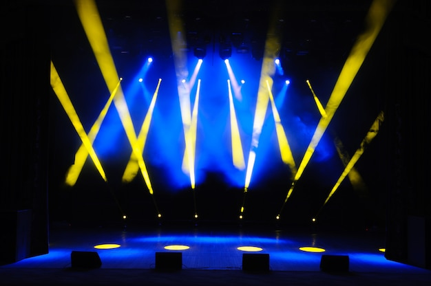Palco livre com luzes, dispositivos de iluminação, luzes coloridas.