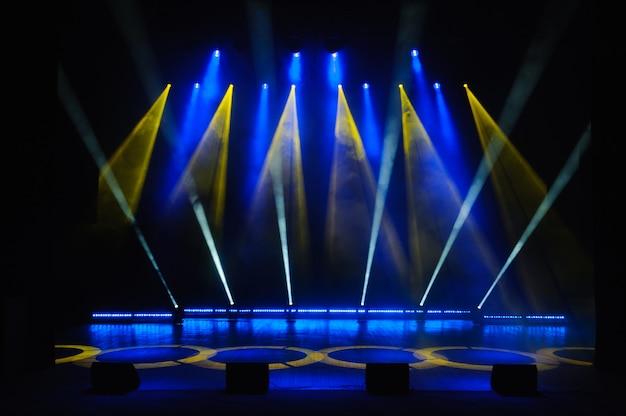 Palco livre com luzes, dispositivos de iluminação mostram