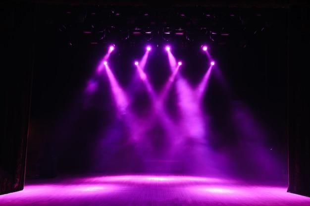 Palco livre com luzes, dispositivos de iluminação no palco.