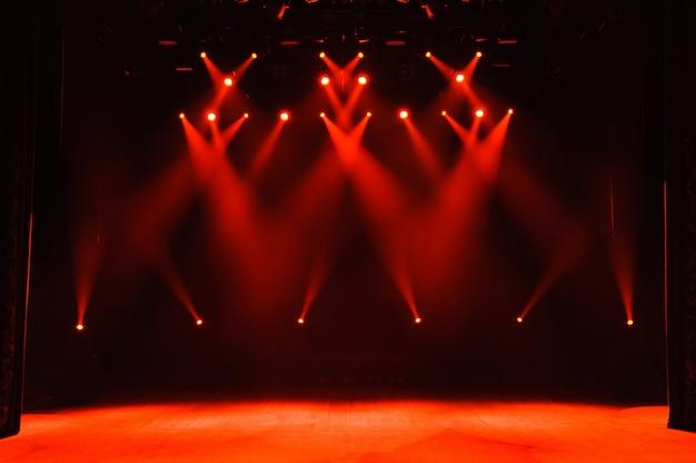 Palco livre com luzes, dispositivos de iluminação. show noturno.