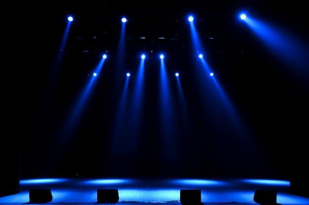 Palco livre com luzes, dispositivos de iluminação.