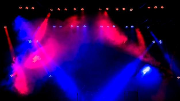 Palco livre com luzes multicoloridas