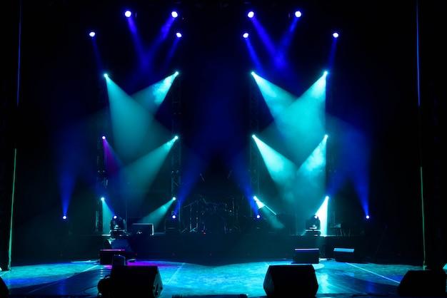 Palco vazio. luzes multicoloridas, show de luzes no concerto.