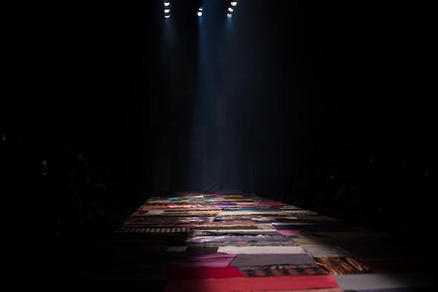 Palco vazio na rampa de pista durante a semana de moda
