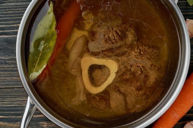 Paleo caldo de osso dieta, sopa de carne de bovino. comida com pouco carboidrato, receita ceto.