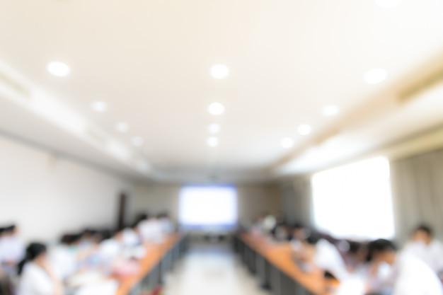 Palestra de pessoas borradas abstrata na sala de seminário, conceito de educação