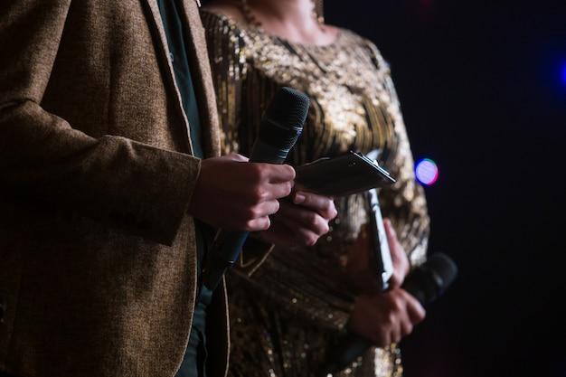 Palestrante anfitrião no palco
