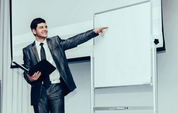 Palestrante em conferência e apresentação de negócios é exibido no estande para o texto do seu anúncio