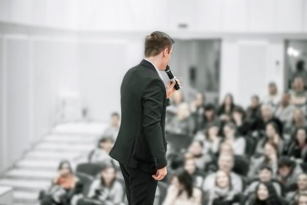 Palestrante em conferências de negócios. treinamento e educação de negócios. a foto tem um espaço em branco para o texto.
