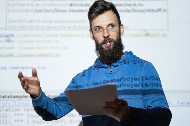 Palestrante em cursos de seo, análise de conteúdo de otimização de negócios e explicação de tecnologia de internet