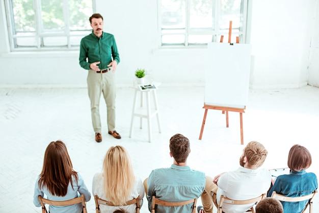 Palestrante em reunião de negócios na sala de conferências. conceito de negócios e empreendedorismo.