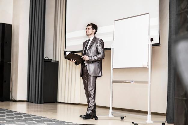 Palestrante faz apresentação de um novo projeto financeiro