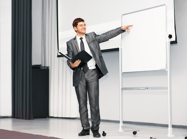 Palestrante na apresentação discute o plano de negócios
