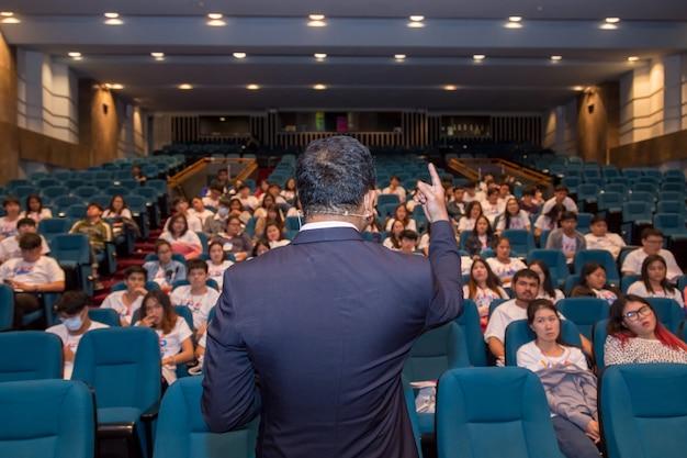 Palestrante na aula fala sobre política e finanças para o grupo de estudantes