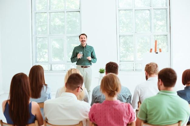 Palestrante na reunião de negócios na sala de conferências.