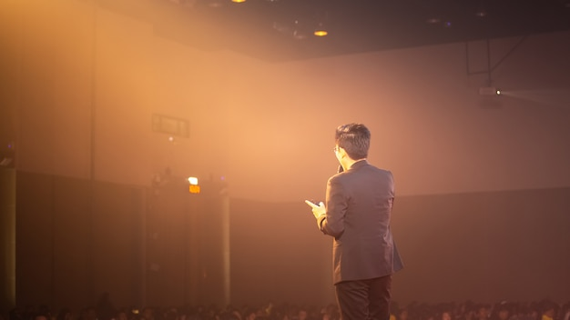 Palestrante no palco e falar sobre negócios em sala de seminários