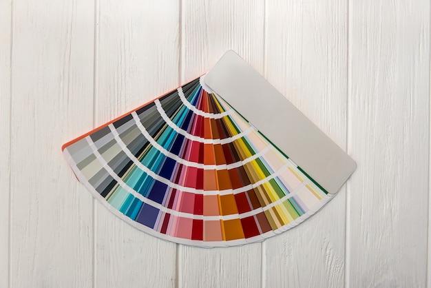 Paleta colorida para pintura de parede em mesa de madeira