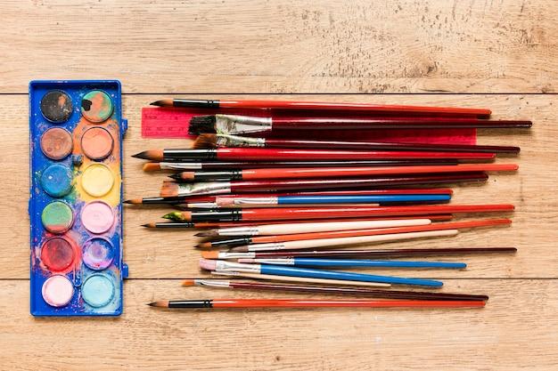 Paleta com pincéis e lápis