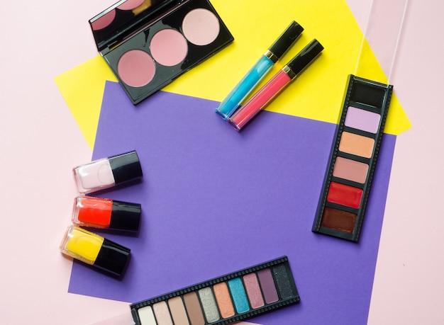 Paleta com sombra, blush, batom, esmalte. conceito de produtos de beleza multicoloridos.