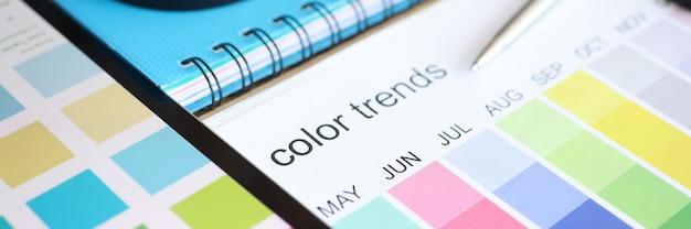 Paleta com tendências de cores por mês, deitada na mesa, close-up
