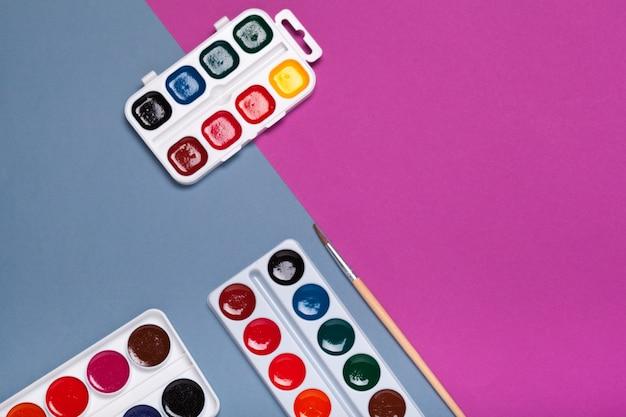 Paleta de arte com pinturas coloridas close up top view