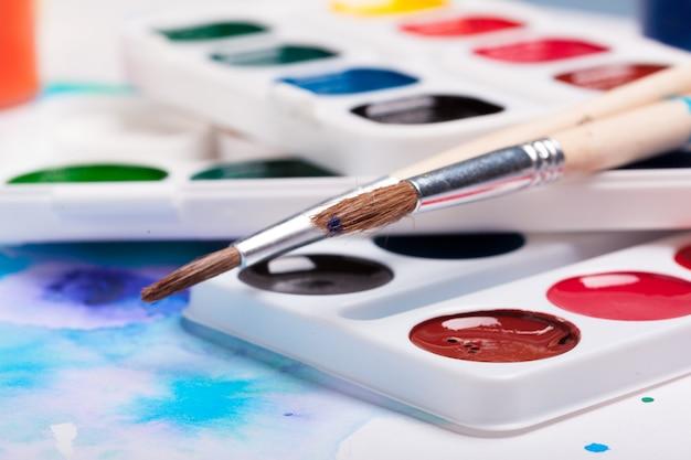 Paleta de arte com tintas coloridas close-up vista superior